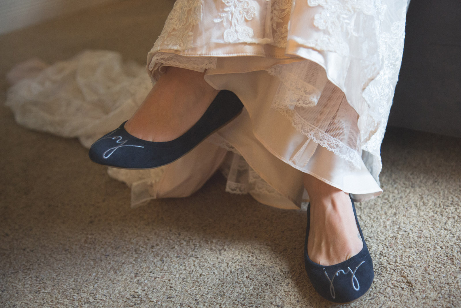 029-bride-puting-shoes-on-before-elopment-wedding-ceremony